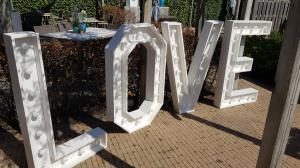 LOVE houten lichtletters TE HUUR
