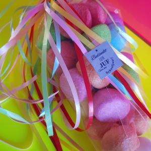 Transparante puntzak gevuld met gekleurde spekbollen.