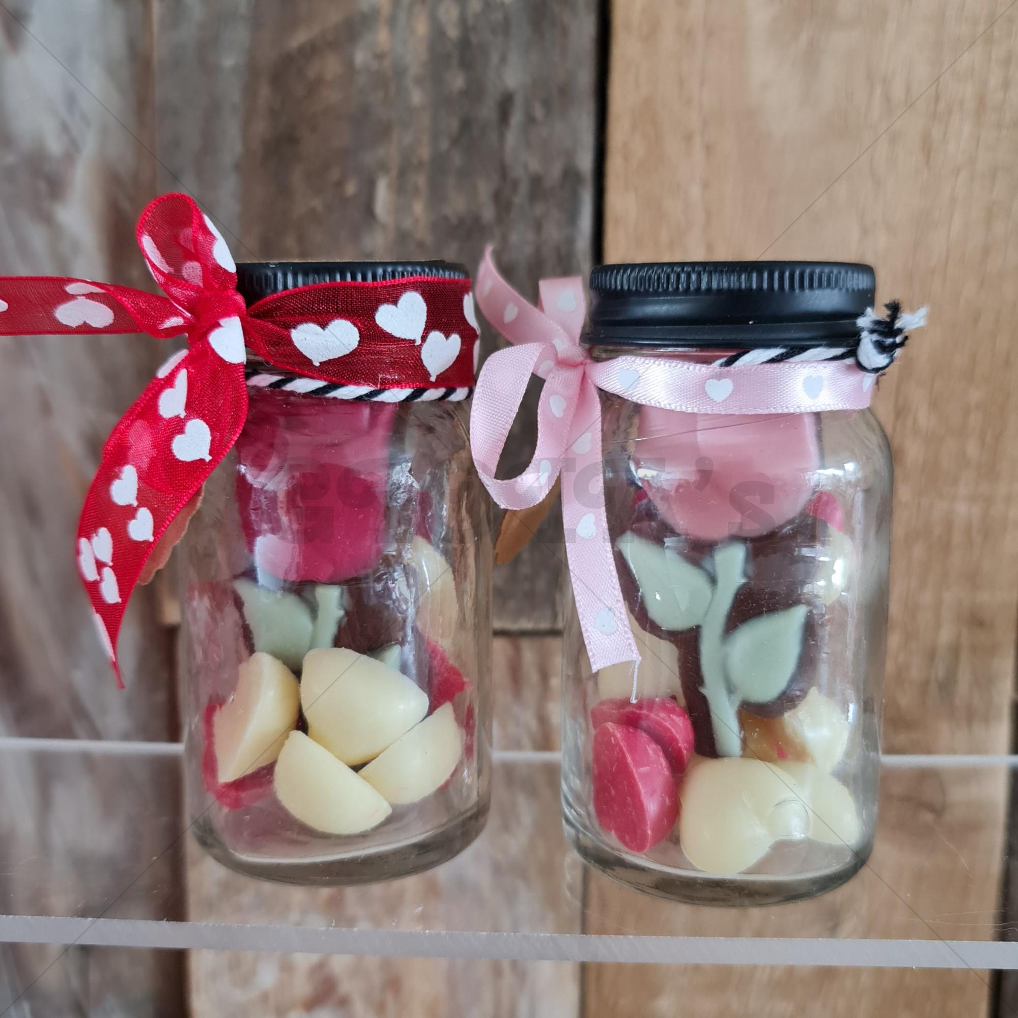 Glazen potje gevuld met chocolade speciaal voor moeder.